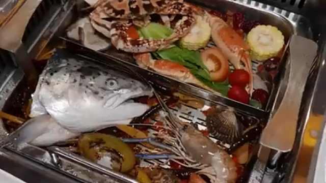 新加坡海鲜火锅店:从桌旁现抓现吃