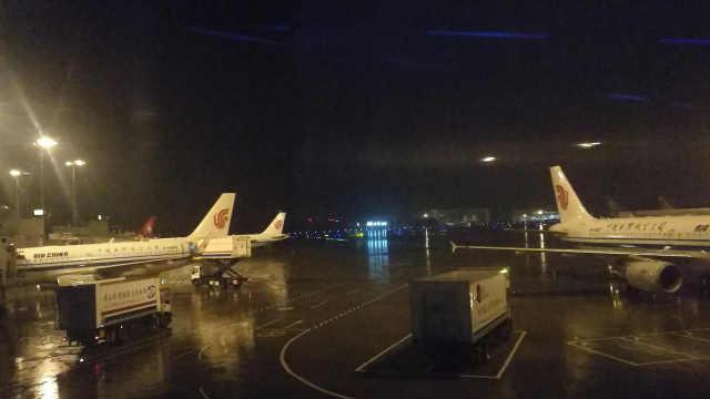 成都暴雨使得乘客在机舱无可奈何
