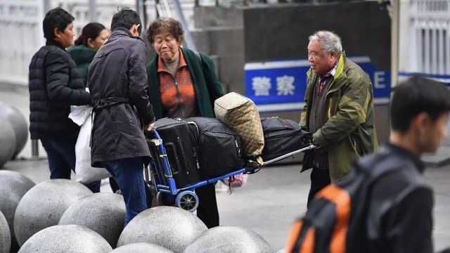 陌生人让你帮忙看行李,该不该帮?