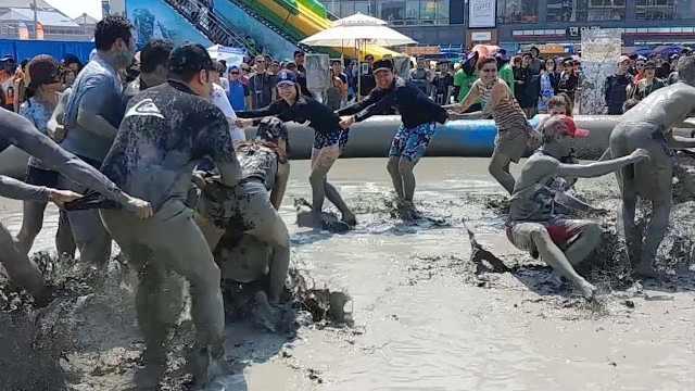 韩国泥浆节:百万游客上演泥巴大战