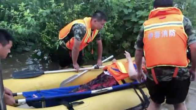 暴雨致残疾女被困,消防17分钟解救