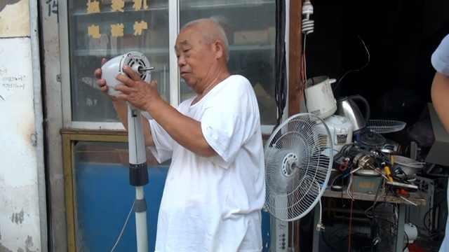大爷坚持修电器20年,称可以动脑子