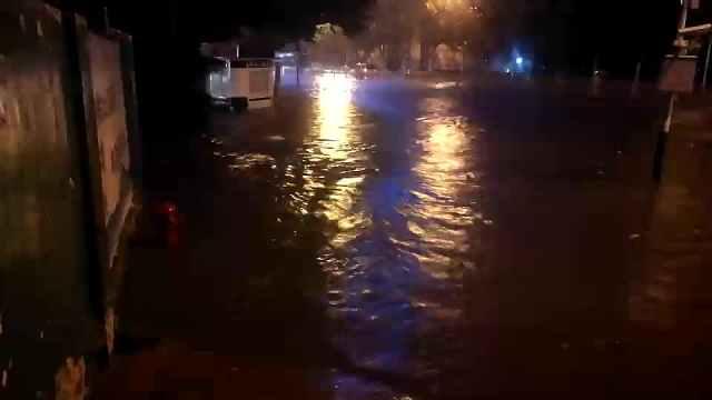 合肥突降暴雨,电闪雷鸣街道成河
