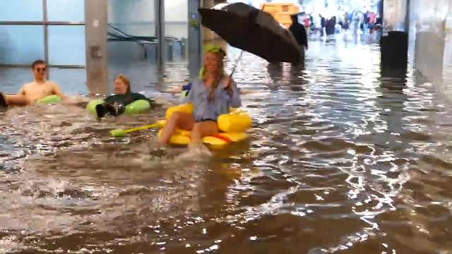 瑞典人民欢快地在车站里玩起了水