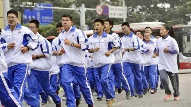 为什么中国校服又丑又大?