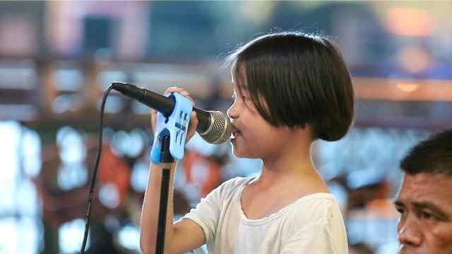 8岁小姑娘被爸爸带着卖唱,被质疑