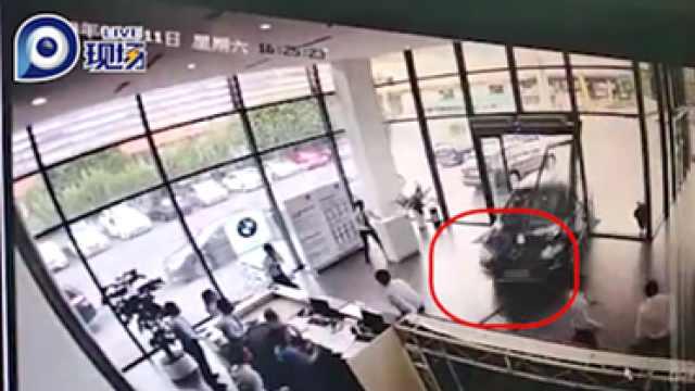 广州一女司机试驾宝马直接撞进4s店