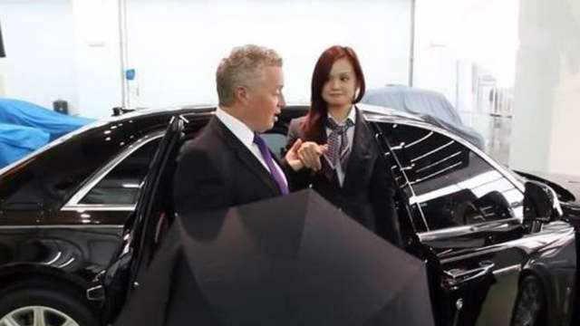劳斯莱斯上10万的雨伞是干嘛用的?