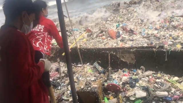 菲律宾马尼拉海面上垃圾被冲上岸