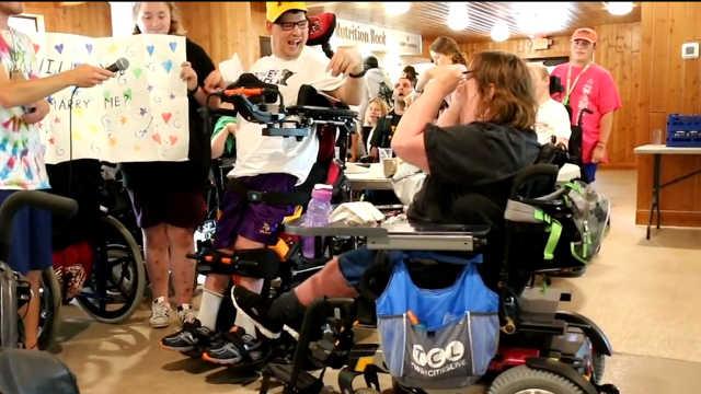 一对情侣在身障人士的聚会上订婚
