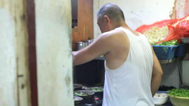 60岁大爷卖砂锅,日收入高达3000块