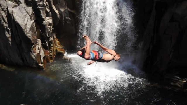 悬崖跳水爱好者们挑战新极限!