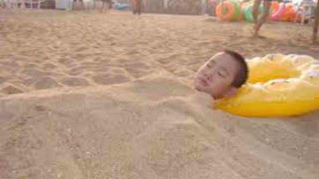 去海边千万不要把身体埋进沙子里?