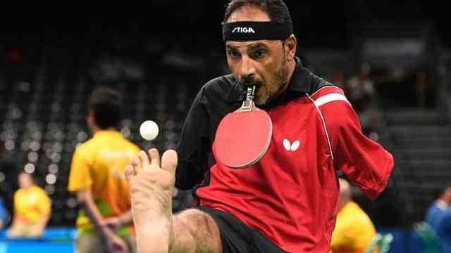 这位无臂乒乓球运动员用嘴打球……