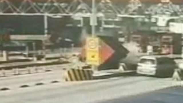 疑刹车失灵,货车撞向ETC通道后侧翻