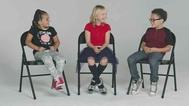 孩子们问患癌同龄人:打针很疼吗?