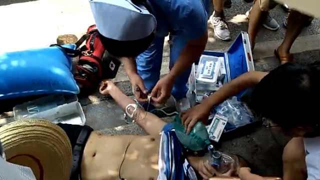 男子昏迷倒地,热心市民帮扇风降温