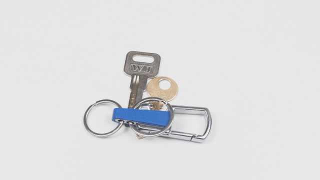 穿钥匙还在用手抠?这招不伤手还快