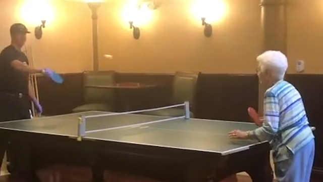 消防员陪101岁的老奶奶打乒乓球
