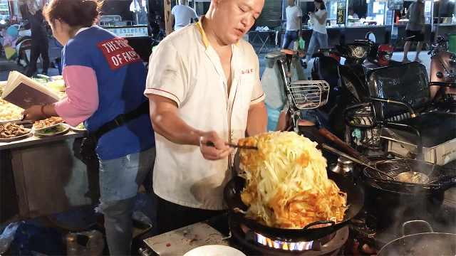 炒饼大哥一次炒10份,翻锅得用筷子