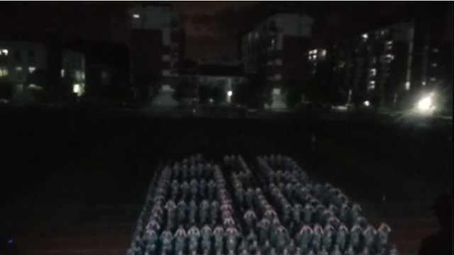 不让须眉!400女生军训方阵排成校训