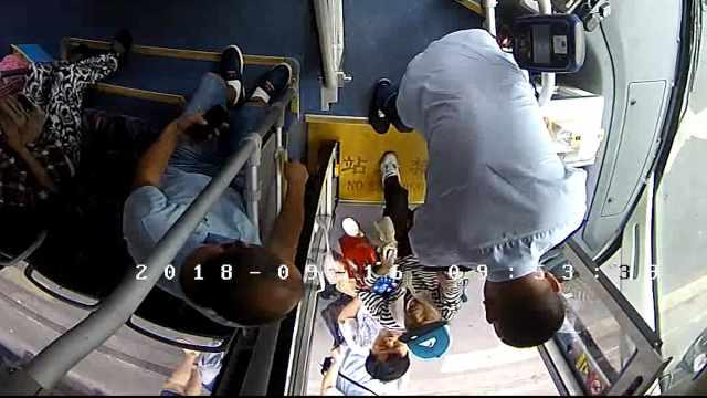 爱心搀扶!公交司机扶七旬老人上车