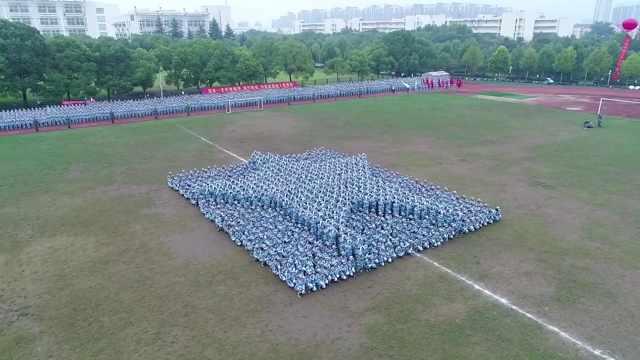 南京高校新生军训汇演花样变阵!