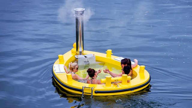 老外将浴缸搬进船里,边泡澡边聊天