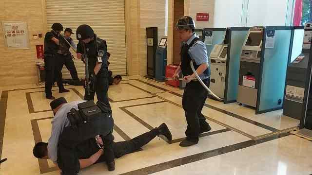 燃!应急防抢演习,警方迅速制服暴徒
