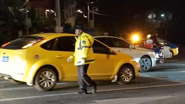 国庆前夜大堵车,交警深夜疏导交通