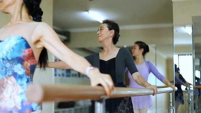 温暖重阳:75岁老阿姨跳芭蕾