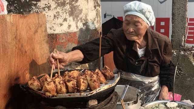 84岁奶奶卖油墩子,打发时间做着玩