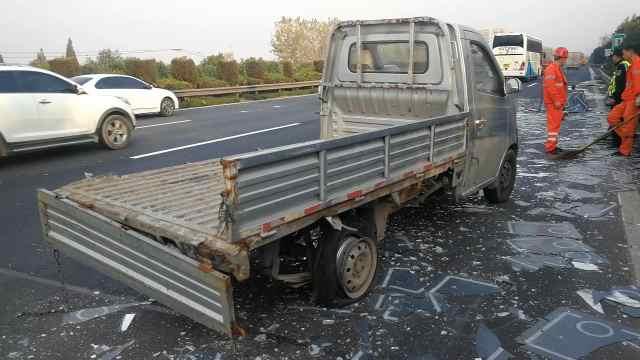 心碎!货车爆胎侧翻 200张镜子碎了