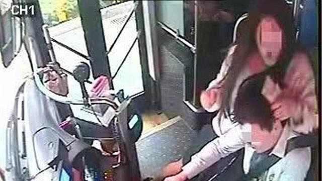 女子抢夺公交方向盘,还坐司机身上