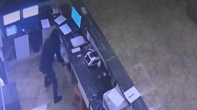 2男子被辞后蓄意报复,蒙面抢劫酒店