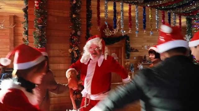不是穿上圣诞服就是圣诞老人