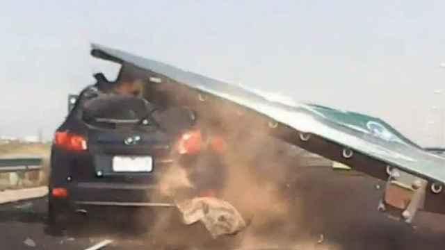 险!高速上交通指示牌掉落砸扁汽车