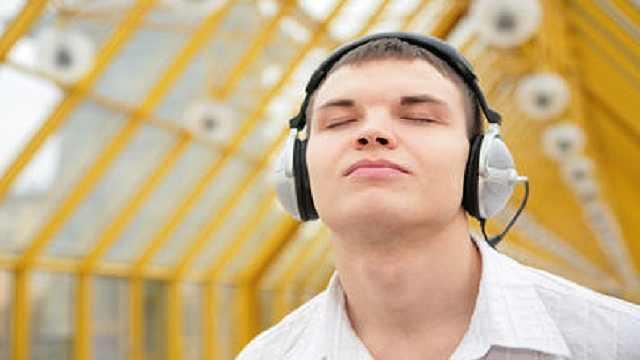 年轻人应该少用耳机,避免听力损害