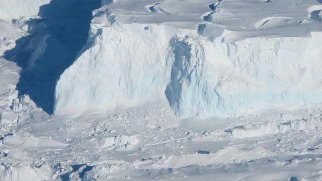 南极冰川下现巨洞,崩塌恐引发灾难