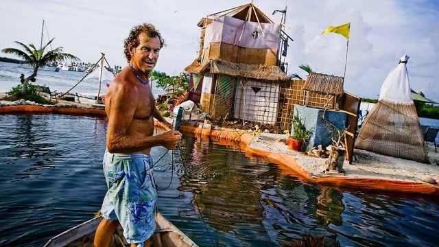 英国大叔用15万个塑料瓶建起一座岛