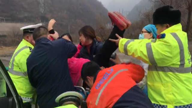 产妇羊水破裂被堵,民警接力护送