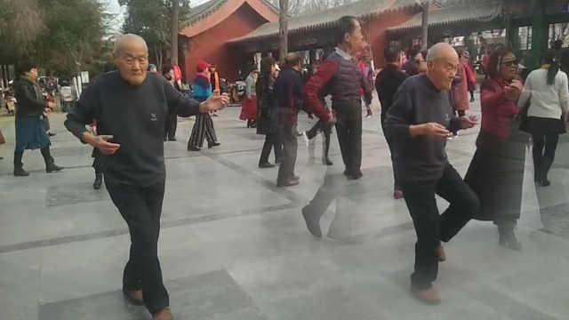 9旬翁独自完成双人舞:不跳舞会生病