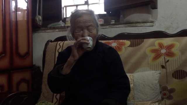 93岁老太5世同堂:喜爱空腹喝白酒