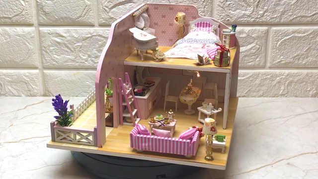 花园、阁楼样式齐全的粉色娃娃屋