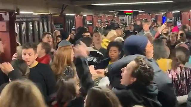 Robyn歌迷在纽约地铁站大合唱