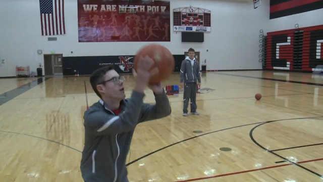 盲人高中生球员在篮球场上完成绝杀
