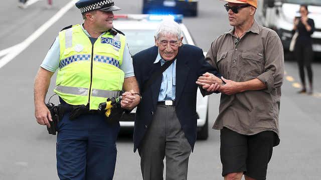 新西兰二战老兵参加反种族歧视游行