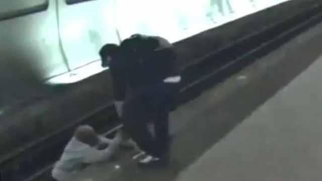 盲人落轨道,被救起20秒后地铁驶过