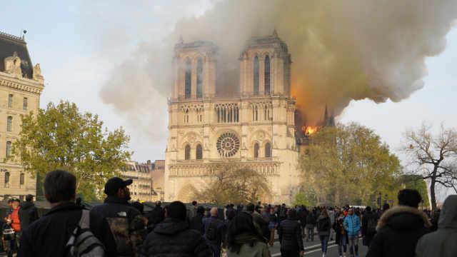 巴黎圣母院坍塌:850年历史烧毁