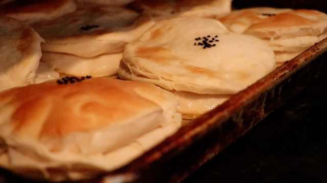 男子手工做千层饼:1元1个日卖千个